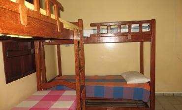 Fotos do quarto compartilhado com ar e três beliches_4