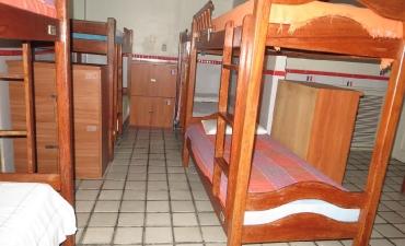 Fotos do quarto compartilhado masculino com 12 camas_4