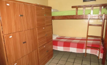 Fotos do quarto compartilhado com ar e três beliches_2