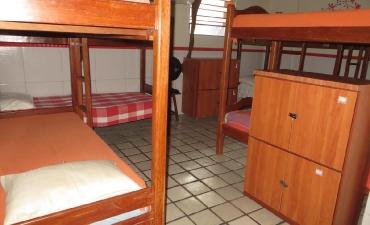 Galeria: Fotos do quarto compartilhado masculino com 12 camas